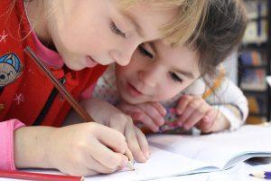 niñas escribiendo sobre mindfulness en el colegio